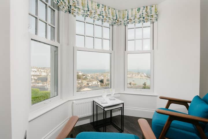Harbour Vista – St Ives – Sea Views - Sleeps 2 – Parking