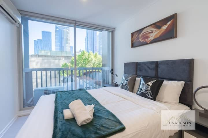 A Little Satisfaction Studio in Melbourne CBD with a balcony