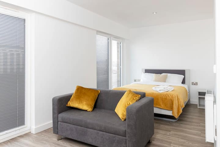 Fantastic, modern & stylish studio apartment -city centre