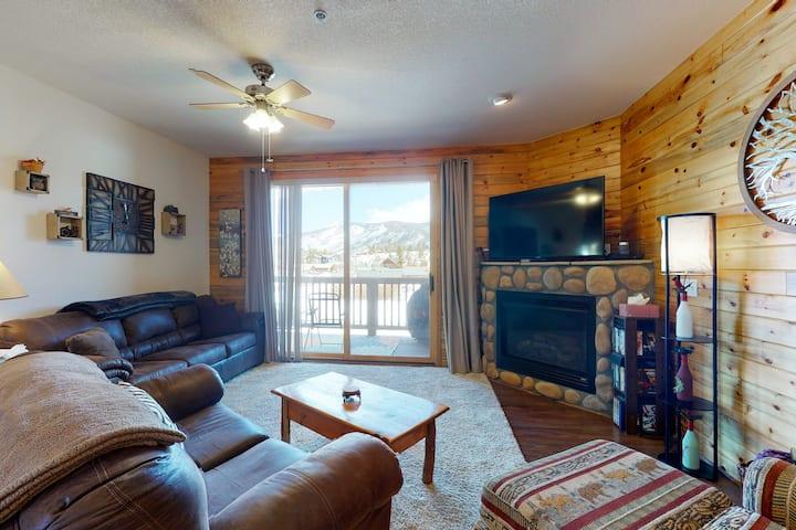 Second-Floor Condo w/Free High-Speed WiFi, Mountain Views, & Washer/Dryer