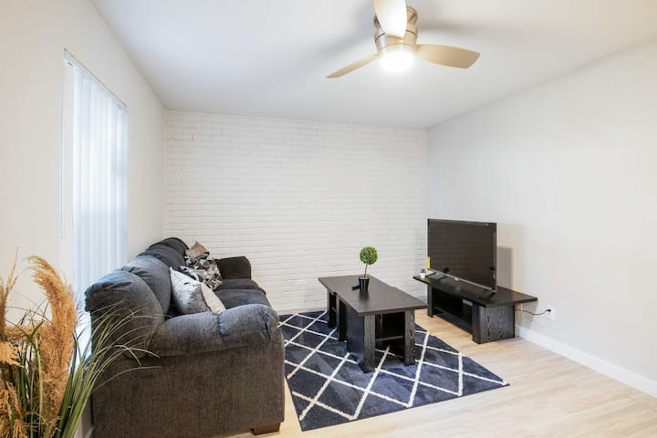 Luxury 2BR Near UT Hyde Park | Evonify