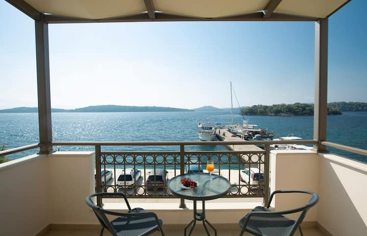 Enalion top floor apartment with view,boat dock & close to Nidri!