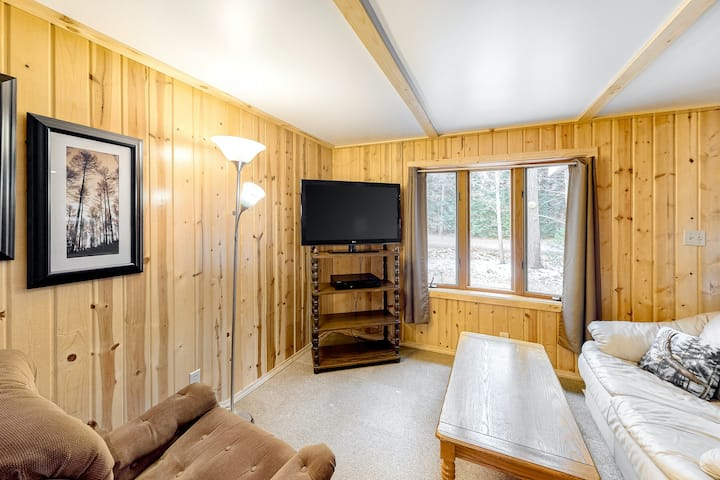 Rustic Dog-Friendly Retreat Near the Lake & Trails W/ Full Kitchen & Free WiFi!