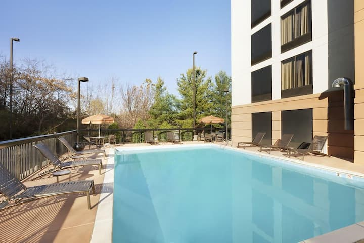 Group Vacay! 2 Comfy Units Near Attractions, Pool