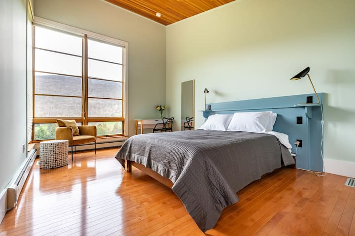 [Guest House] Bedroom 7,  with queen bed and work area