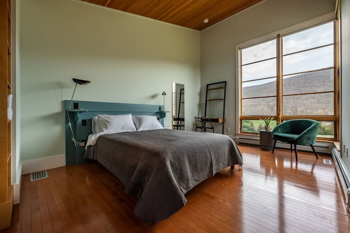 [Guest House] Bedroom 6,  with queen bed and work area