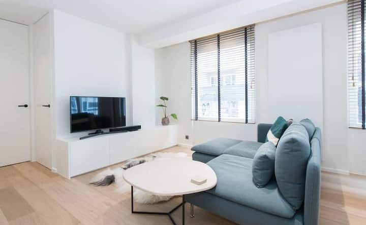 Unique apt in centrum Knokke at 50m from beach! High end & full service.
