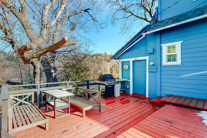 Private Home Near the Lake W/ Furnished Deck, Wonderful Views, & Free WiFi!