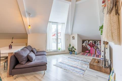 Modernes Apartment mit Balkon in der Nähe von öffentlichen Verkehrsmitteln in Kagithane