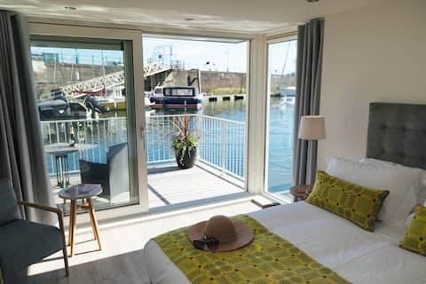 Morlo. Luxurious dog friendly floating cabin for 2