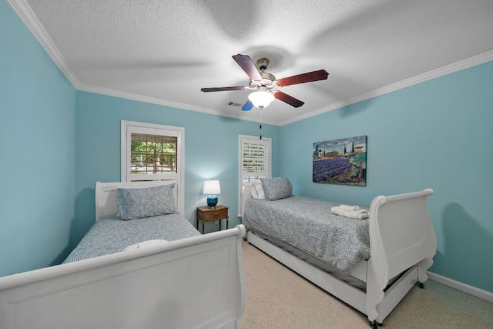 Twin bedroom with a trundle bed to sleep 3.