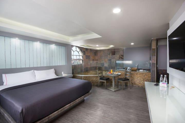 Una habitación que cuenta con toda la comodidad para pasar un rato en pareja muy agradable y reparador