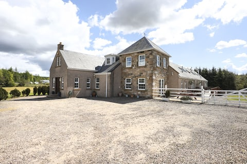 ALTIDO Greenknowes Farmhouse Retreat 7 Bed With Hot Tub and Bar