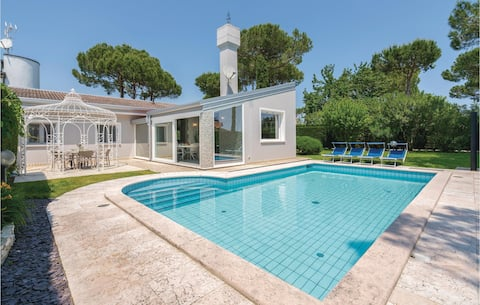 Beautiful home in Albarella with Outdoor swimming pool, Outdoor swimming pool and 3 Bedrooms