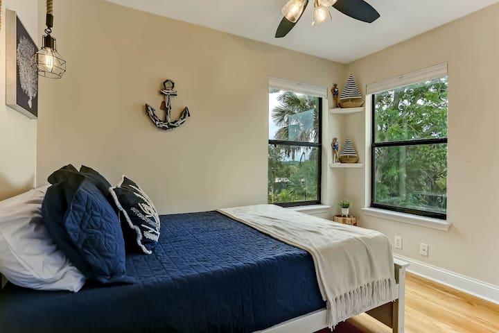 Guest Bedroom: Double bed, closet, view of San Sebastian River.