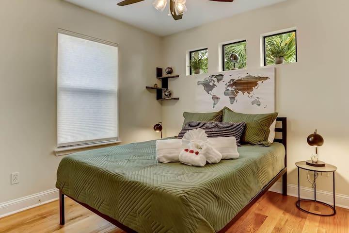 Guest Bedroom: Queen Bed, Closet.