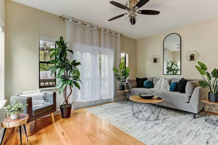 Living room space w/ pull out queen sofa bed.
