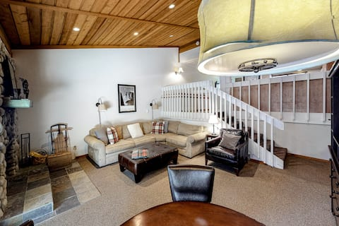 Delightful Condo By Lake & Skiing - Next Door to Shared Pool & Hot Tub - Dogs OK