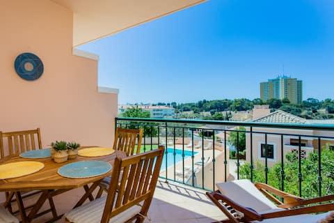 Apartamento glamoroso de 1BDR con balcón y piscina por LovelyStay