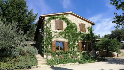 Le Favette - spacious holiday home with Pool, Golf & stunning Umbrian Views