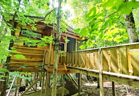 Dove Treehouse Getaway with Hot Tub, Gas Fireplace, and Outdoor Firepit!