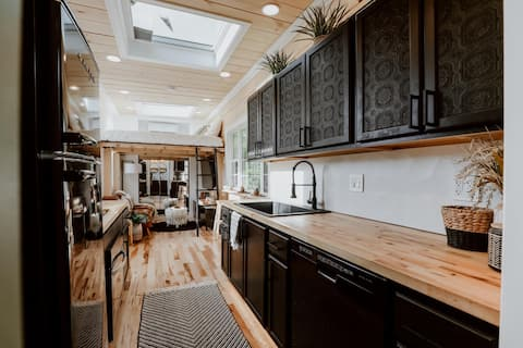 """Luxurious """"Tiny House"""" Perfect for Couples Getaway"""