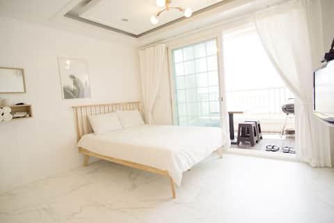 푸른 바다와 나무가 가득한 자연 속에서 편하게 쉴 수 있는 숙소의 아도니스 305 객실