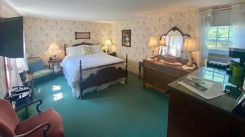 Romantic Antique-filled Getaway Shenandoah Valley