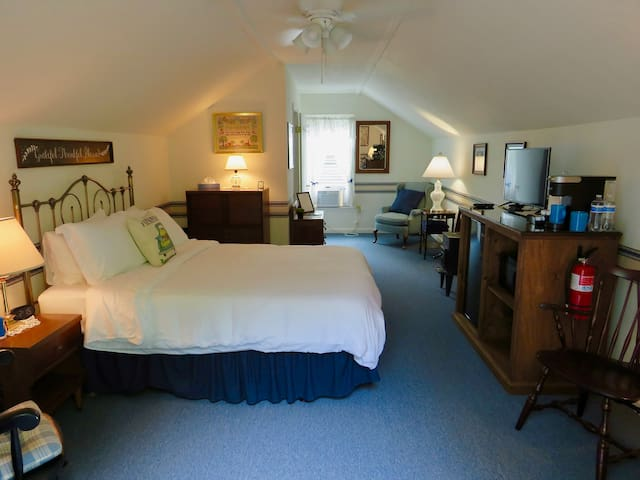 Aloft Cottage with queen bed