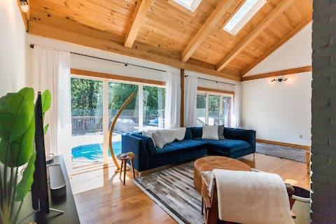 Shokan Lodge: Mid-Century Modern Getaway with Hot Tub