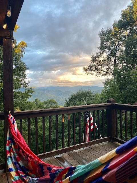 Sky Cove Peak★Amazing Views★Huge Deck★Hot Tub★Highest Point in Sky Cove★Secluded★15 Minutes to DT Bryson City★20 Minutes to Nantahala Outdoor Center