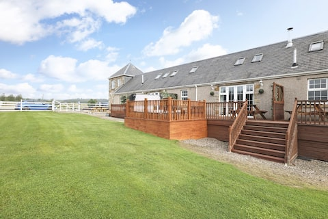 ALTIDO Greenknowes Lodge With Hot Tub and Wood Burning Stove