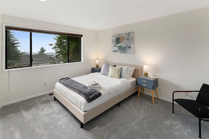 Comfortable second bedroom with queen bed and comfortable beddings