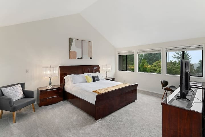 Spacious master bedroom with vaulted ceilings, king-size bed, Italian-made furniture, high quality beddings and Smart TV