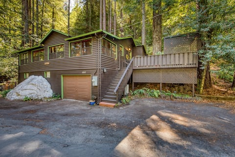 White Rock Lodge-Iconic 1920s cabin, 2 bdr, close to dntwn