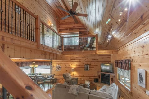 NEWLY LISTED!! In the Heart of Georgia's Wine Country - Gorgeous Cabin Near Downtown Dahlonega