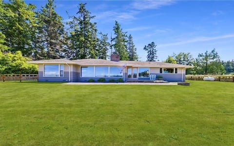 Spacious family retreat,fully fenced yard with harbor view,kids & dog friendly,mins to Oak Harbor