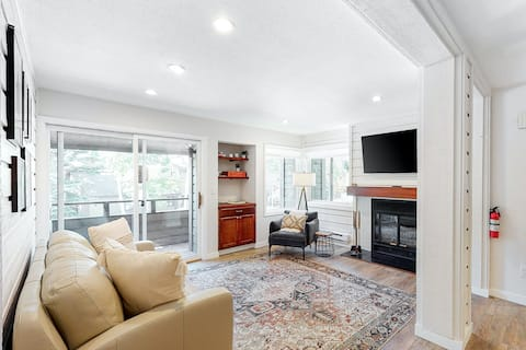 Newly Renovated Condo with Fireplace, Fast WiFi, Balcony & Shared Pool/Hot Tub