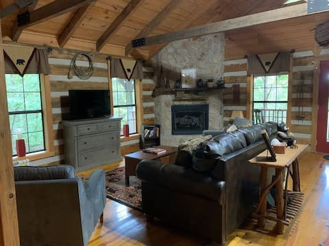 Remodeled! Log Cabin n woods! Quiet! Small Dogs Welcome