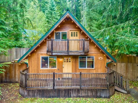 Private, Cozy A-Frame cabin w/ hot tub & Cali-King bed. 8 mins to Mt Rainier Natl Park, Wifi, Pet-Friendly!