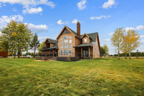 Luxury 4+ Bedroom Cabin with Large Deck and Sprawling Yard