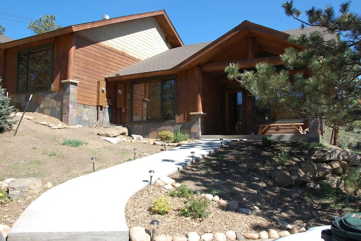 Bears Den with Hot Tub and Beautiful Longs Peak Views! 2 King Bedrooms