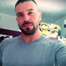 Julien felhasználói profilja