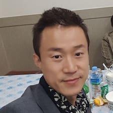 춘제 es el anfitrión.