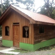 Monteverde Romantic Cabaña is de verhuurder.
