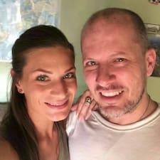 Julie And Evan er ofurgestgjafi.
