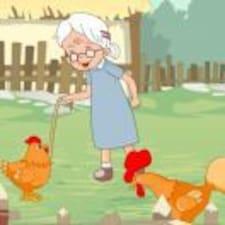 奶奶在喂鸡