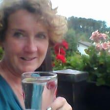 Angela Yvette bir süper ev sahibi.