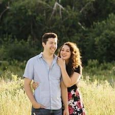 Profil Pengguna Josh & Kelsey