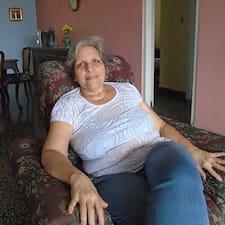 Aleida María is a superhost.